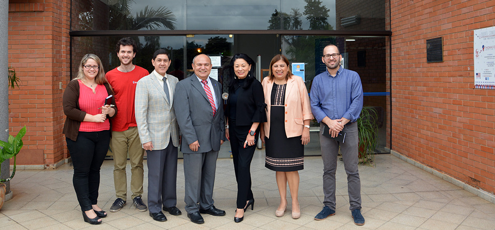 Photo of Dr. Bonilla Santiago with Paraguay group of professionals